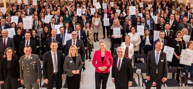 """In der Aula der Wissenschaften (Wien) überreichte Bundesministerin Christine Aschbacher 110 Unternehmen die Auszeichnung """"Familienfreundlicher Betriebe""""."""